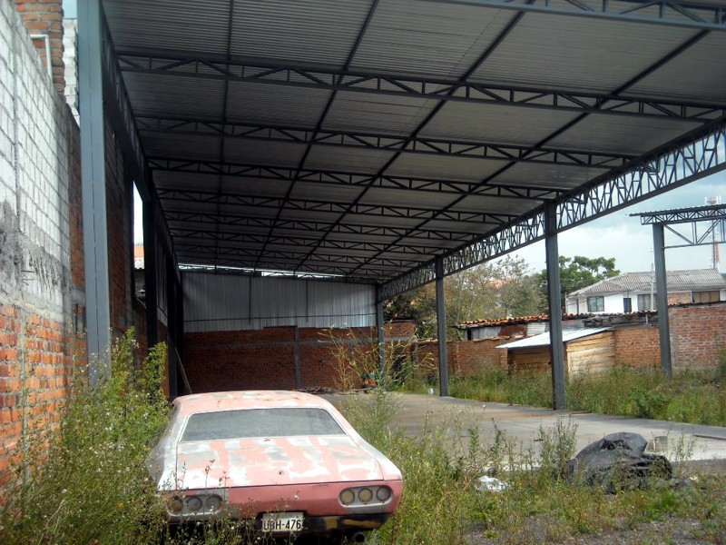 SITIO URBANO CON 3 NAVES INDUSTRIALES