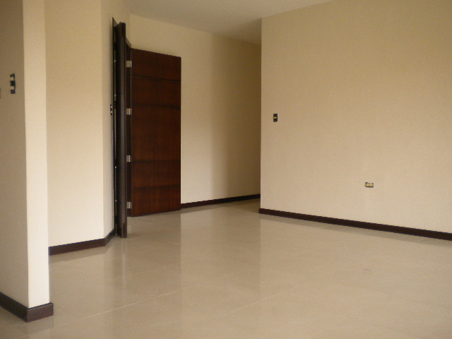 Espacioso departamento 3 dormitorios clasificados for Pisos de porcelanato para sala