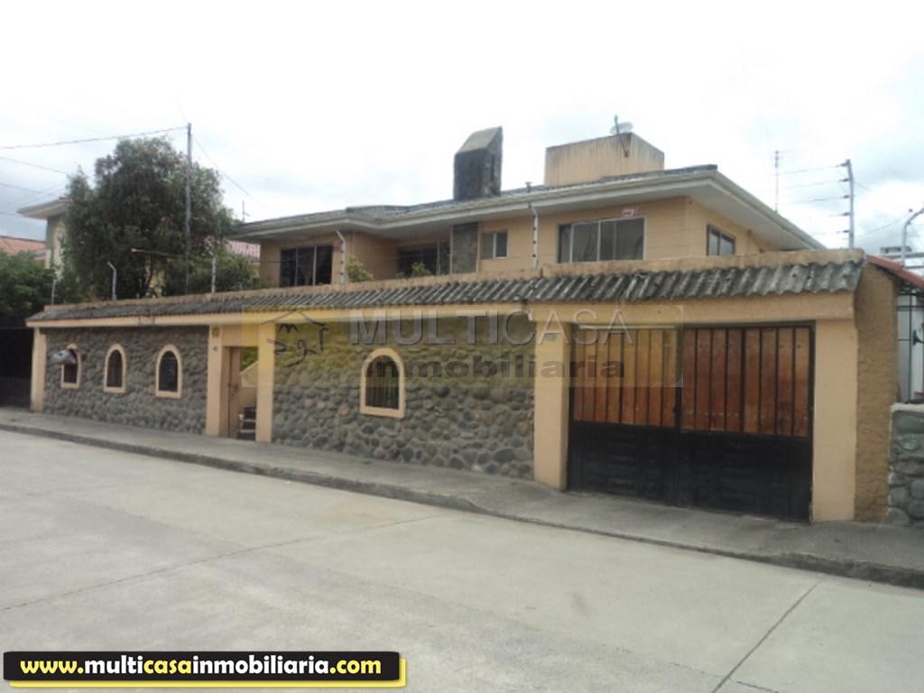 Venta de casa comercial con dos departamentos sector Entrada a Baños Cuenca - Ecuador