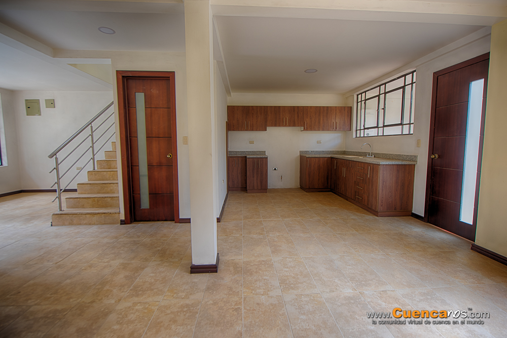 Vendo Casa con dos Departamentos Sector Miraflores