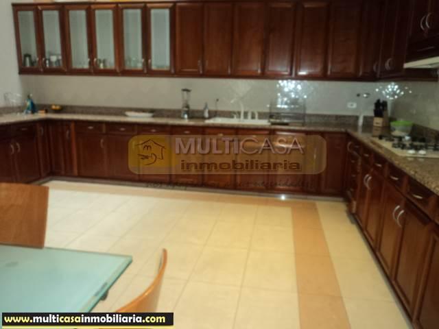 Casa Central en Venta a crédito con Local sector Centro de la Ciudad Cuenca-Ecuador