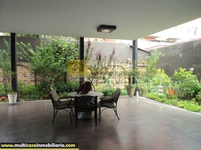 Casa con Tres locales Comerciales en Venta a Crédito sector Av. 12 de Abril Cuenca-Ecuador