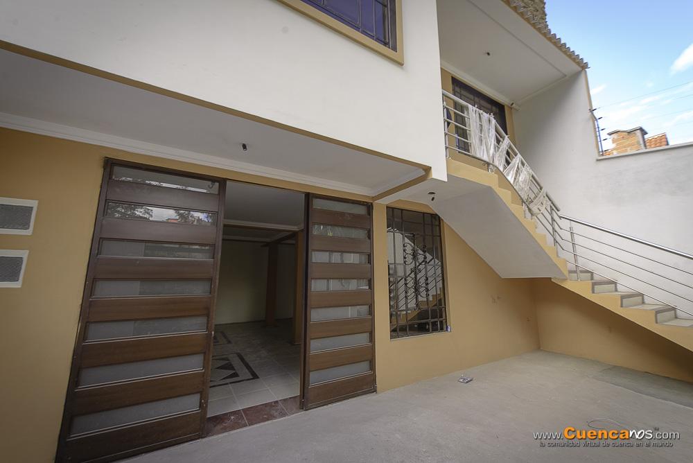 Se Vende Hermosa Casa con Departamento y Local Comercial Sector Parque Miraflores en Cuenca