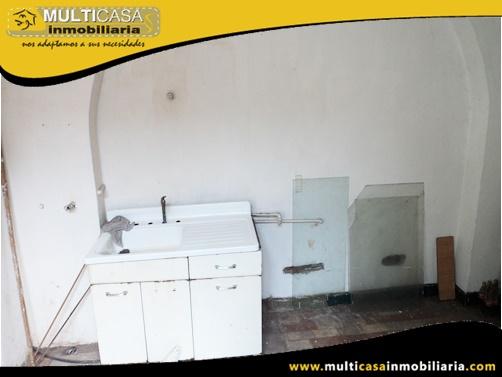 Casa en Venta a Crédito con Tres Departamentos y Local Comercial Sector Centro de la Ciudad Cuenca-Ecuador