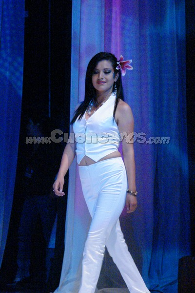 Marcia Astudillo .- Marcia Astudillo, candidata representante al cantón Sigsig, desfilo luciendo un lirio