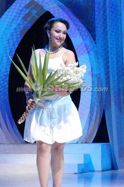 Katerine Orellana .- Katerine Orellana, candidata representante al cantón Santa Isabel, desfilo luciendo una flor de penco