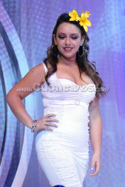 Priscila Calle .- Priscila Calle, candidata representante de la Federación de Barrios de Cuenca, desfilo luciendo una flor Amancay