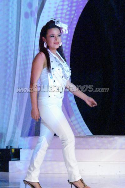 Daysi Arias .- Daysi Arias, candidata representante del cantón Oña, desfilo luciendo una Orquidea Insecto