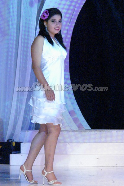 Carolina Chocho .- Carolina Chocho, candidata representante del cantón El Pan, desfilo luciendo una Flor de Cristo