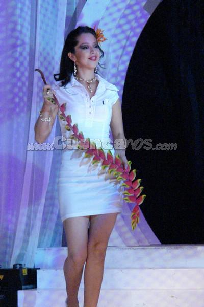 Marlene Heras .- Marlene Heras, candidata representante del cantón Ponce Enriquez, desfilo luciendo una Heliconia