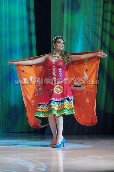 Mónica Berrezueta .- Mónica Berrezueta, representante del cantón Chordeleg, en su presentación de traje típico