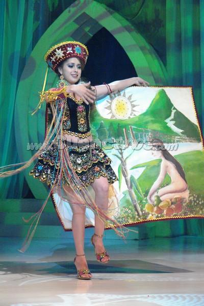 Karina Peralta .- Karina Peralta, representante del cantón Paute, en su presentación de traje típico