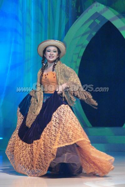 Daysi Arias .- Daysi Arias, representante de el Cantón Oña, en su presentación de traje típico