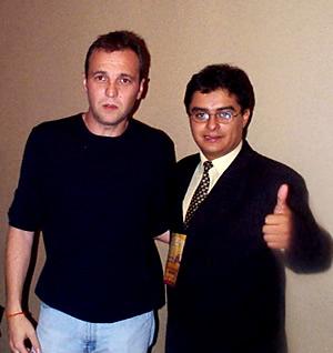 Concierto Hombres G en Cuenca .- David Summers se dio tiempo durante la rueda de prensa para firmar algunos autógrafos a sus fans