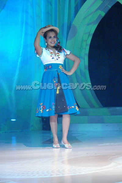 Belén Arichávala .- Belén Arichávala, representante de el Cantón Gualaceo, en su presentación de traje típico
