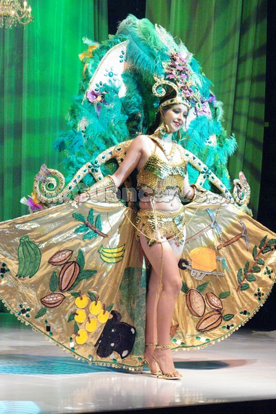Marlene Heras .- Marlene Heras, representante del Cantón Ponce Enriquez, en su presentación de traje típico