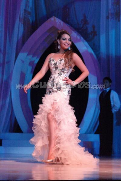 Mónica Berrezueta .- Mónica Berrezueta, candidata representante al cantón Chordeleg, desfila luciendo el traje de gala.