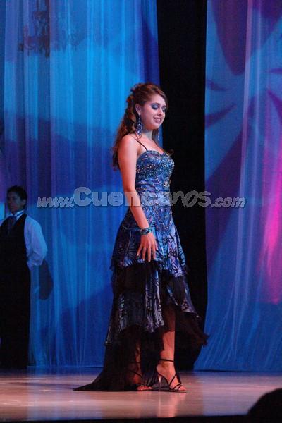 Karina Peralta .- Karina Peralta, candidata representante al cantón Paute, desfila luciendo el traje de gala.