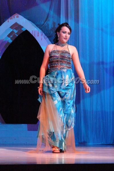 Katerine Orellana .- Katerine Orellana, candidata representante al cantón Santa Isabel, desfila luciendo el traje de gala