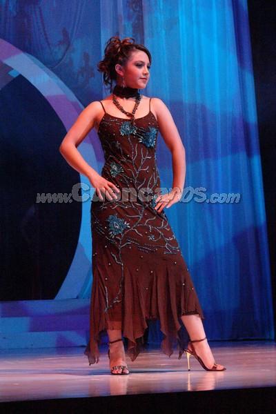 Erika Tirado .- Erika Tirado, candidata representante al cantón Nabón, desfila luciendo el traje de gala