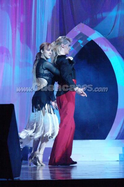 Bailarines .- Para darle tiempo al jurado calificador de deliberar su decisión final, el coreógrafo ruso y su compañera deleitaron con su baile al público presente y televidente.