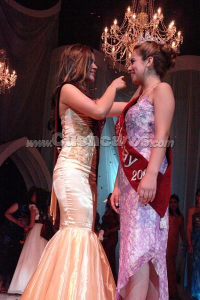 Reina del Azuay 2008 .- Anggie Barzallo le entrega la corona a la nueva Reina del Azuay 2008, Belén Arichávala