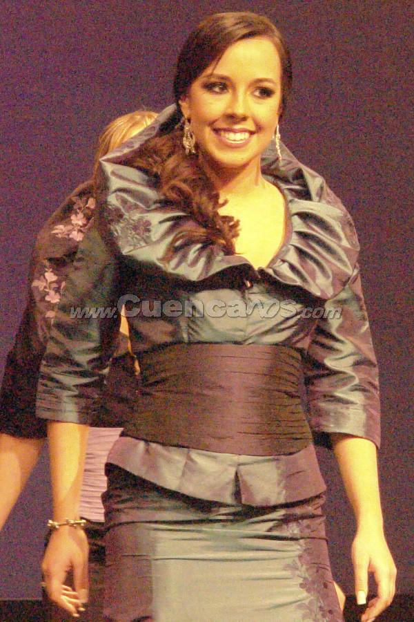 Candidatas a Reina de Cuenca 2008 .- El opening se realizó con la coreografía de las candidatas realizada por Nelson Parra, llevaron diseños de la diseñadora Alexandra Donoso.