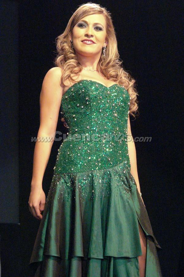 Sofía Guillén Larriva .- Entre el primer grupo de candidatas, estuvo Sofía Guillén Larriva desfilando en traje de gala.