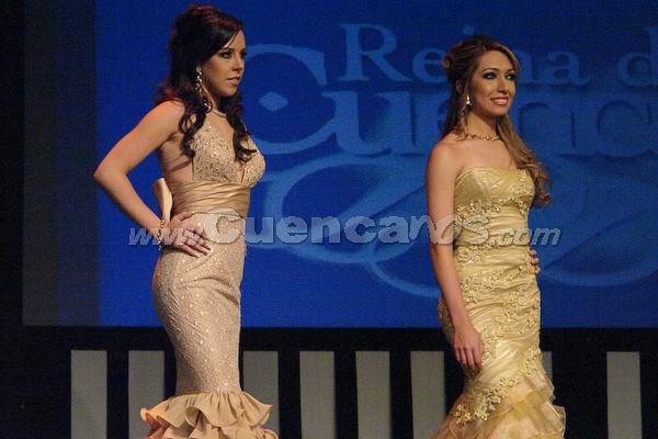 Candidatas a Reina de Cuenca 2008 .- María Dolores Vizcaíno y Daniela Cabrera  esperan para la ronda de preguntas que fueron cuestionadas por Wladimir Vargas.