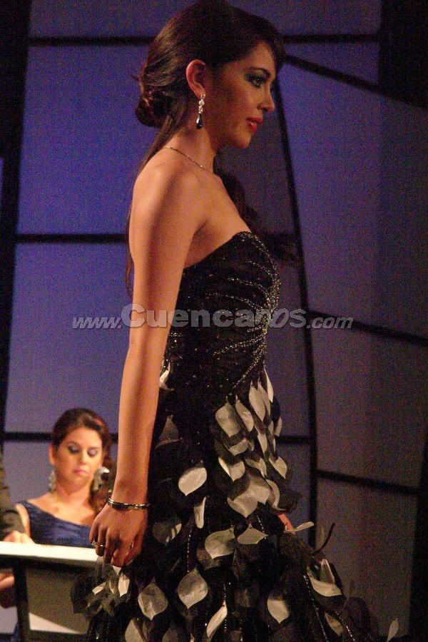 Emilia Álvarez Mancero .- Entre el segundo grupo de candidatas, estuvo Emilia Álvarez desfilando en traje de gala.
