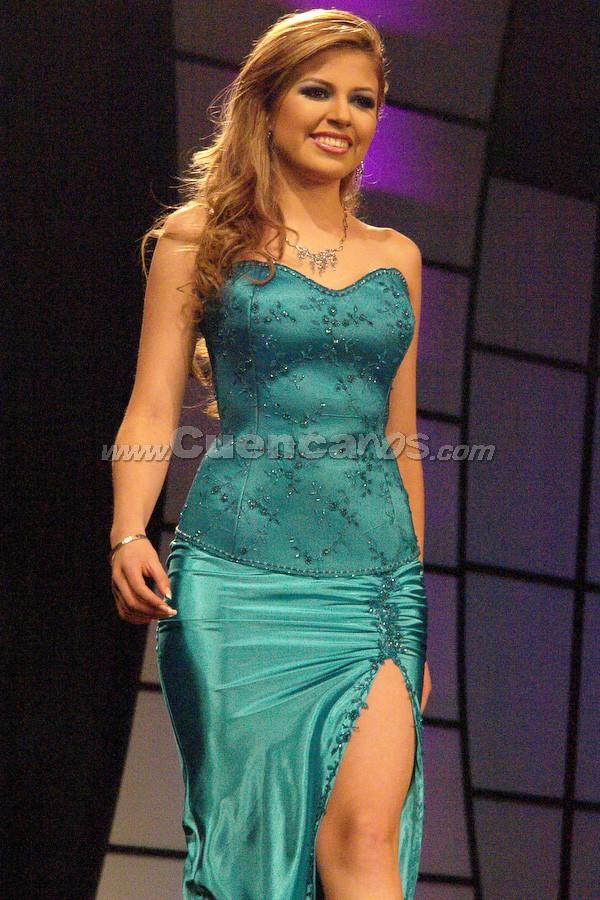 María Fernanda Segovia .- Entre el segundo grupo de candidatas, estuvo Fernanda Segovia desfilando en traje de gala.