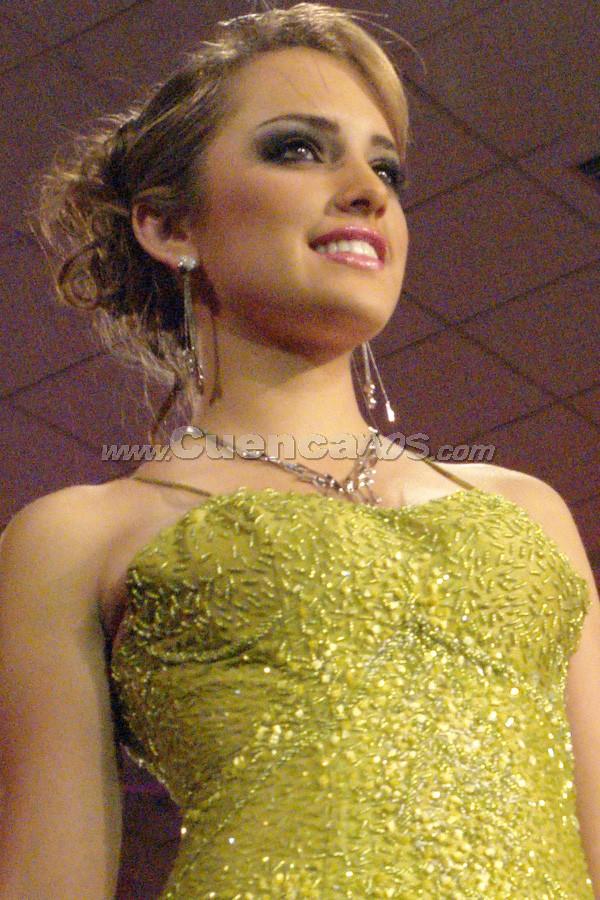 Daniela Arias Ramos .- Entre el segundo grupo de candidatas, estuvo Daniela Arias desfilando en traje de gala.