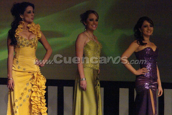 Candidatas a Reina de Cuenca 2008 .- Tatiana Catalina Torres, Daniela Arias y Tatiana Dávila esperan para la ronda de preguntas que fueron cuestionadas por Wladimir Vargas.
