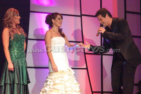 Candidatas a Reina de Cuenca 2008 .- Daniel Betancourth, el artista invitado de la noche, dedicó a las candidatas su éxito