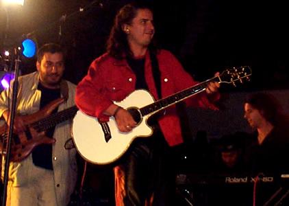 Concierto Pablo Herrera en Cuenca .- Luego de realizar estudio particulares de guitarra, piano y canto, Pablo incursiona en el área de la composición