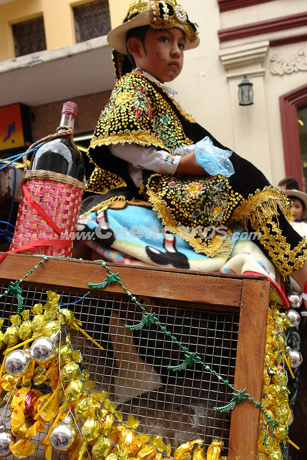 Pase del Niño Viajero 2008 .- Cuenca es el lugar del país en donde mayor acogida ha tenido la tradición de los pesebres y el culto al Niño Dios durante las celebraciones navideñas. Las familias cuencanas, además, con el paso del tiempo han añadido elementos autóctonos propios a esta celebración. Las procesiones  en que sus participantes (mayoritariamente niños) hacen uso de disfraces religiosos y profanos, se conocen como
