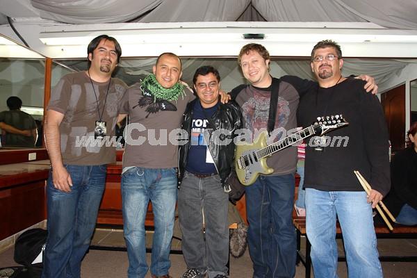 Sobrepeso .- Todos los Integrantes de Sobrepeso se tomaron una Foto con Enrique Rodas de www.Cuencanos.com minutos antes de salir al Escenario.