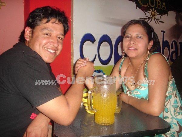 Farreando en Copacabana .- De una noche romántica disfrutan Danilo Ortega con su esposa Diana Picón.