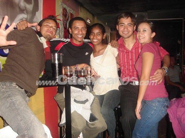 """Farreando en Copacabana .- Nuestro lente pudo captar al Grupo """"Sal, Sabor, Y Cache"""" conformado por Daniel Segovia, Mauricio Larrahondo, Andrea Quimis, David Ortega y Tania Cornejo."""