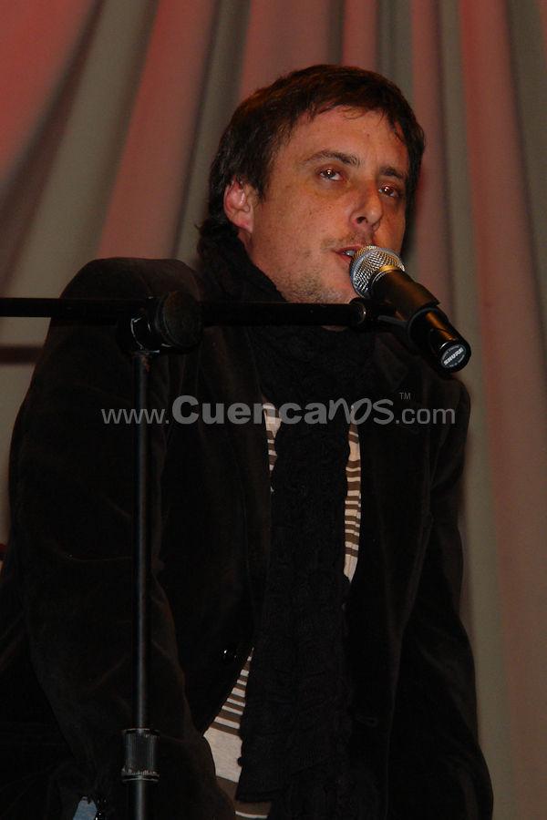 Roque Valero .- Reconocido cantante y actor, nace en Venezuela el 31 de enero del 1974, Ha Protagonizado varias peliculas de cine donde fue premiado como mejor actor en festivales como La Cita de Biarritz(2004) y el Festival de Cine de la Habana (2004). Ha participado en mas de 10 telenovelas, incluyendo el exito Ciudad Bendita, no solo como protagonista, sino tambien como compositor del tema principal. Su primer Disco Cae el Amor fue Disco de Oro y Disco de Platino, manteniendose meses como numero uno en las carteleras venezolanas. Roque participo como cantante invitado en la gira de Franco de Vita en Estados Unidos, presentandose en escenarios tan prestigiosos como el Madison Square Garden de Nueva York. Tambien participo en conciertos junto a Voz Veis, Luis Fonsi  y Jorge Drexler. Actualmente esta dedicado a la promocion de su nueva produccion Discografica llamada Pasajeros en Transito.
