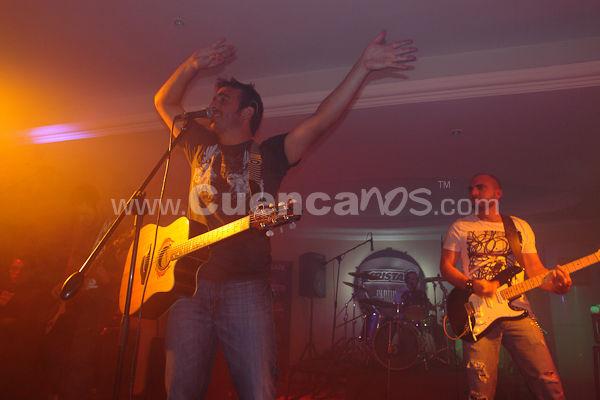 Los Intrepidos .- La banda se conforma en Ecuador, en la ciudad de Guayaquil, a partir de 1992 hacen la primera grabacion de su primer sencillo Mercedes, en 1993 realizan su primera gira nacional, para mas adelante, en 1994, lanzar su primer album homonimo Los intrepidos, a partir de su exito en 1995 con sus canciones Playa Azul y No te lo creo M son elegidas como la mejor cancion en los generos romantico y pop respectivamente. Condecoracion del Gobierno Nacional como grupo del ano. No te lo creo se convierte en el tema de un popular programa de TV y de una campana de publicidad. De ahi en adelante en 1996 realizan su segunda gira nacional, el disco es galardonado como disco de oro por venta de mas de 40.000 copias en Ecuador. El album Los Intrepidos es editado en Argentina por EMI Odeon. En 1997 graban su segundo album Plato Fuerte en los estudios Criteria, en Miami, luego en 1998 hacen su tercera gira nacional, realizan presentaciones en discotecas de Miami. A partir de 2000 graban del sencillo Pescadito, para mas adelante hacer el lanzamiento de El calentado, trabajo que reune todos sus exitos. En Warehouse Studios de Miami grabaron de los sencillos Tu y Yo y Sushi Girl, , ambas con gran exito radial en sus respectivos generos. Tu y Yo es considerada como una de las 10 mejores canciones romanticas del 2002. Para el 2003 la pre-produccion, grabacion y mezcla de Soltero fue producido por Mariano Francescelli y La Mosca Lorenzo de Autenticos Decadentes, en Buenos Aires, Argentina. Lanzamiento del album Soltero en Ecuador. En noviembre, el corte Soltero.  Para el 2008 vuelve con la cumbia pop Por tu culpa,bajo la produccion de Jorge Luis Bohorquez que, ya es numero una en las radios del Ecuador.