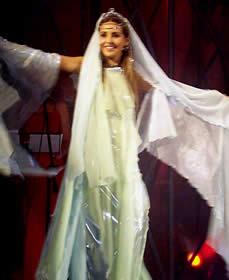 Elección Reina de Cuenca 2003 .- Paola Correa González, en su primera aparición, representando uno de los elementos de la naturaleza