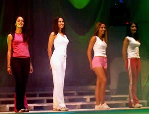 Elección Reina de Cuenca 2003 .- Luciendo su belleza vemos a Viviana, Verónica, Paola y Diana