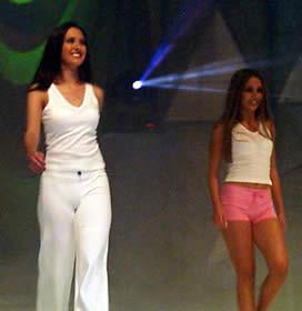 Elección Reina de Cuenca 2003 .- Verónica y Paola, en su desfile en traje deportivo
