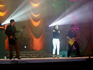 Elección Reina de Cuenca 2003 .- El público asistente también disfrutó de la música, con la presentación del grupo Ninacuros, quienes interpretaron temas como 'A fuego Lento', 'Estoy aquí', 'Pa ti no estoy'