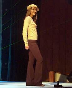 Elección Reina de Cuenca 2003 .- Paola luciendo muy fresca sobre el escenario