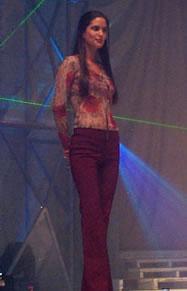 Elección Reina de Cuenca 2003 .- Reafirmando la belleza de la mujer cuencana, podemos ver a Rebeca luciendo hermosa en traje casual