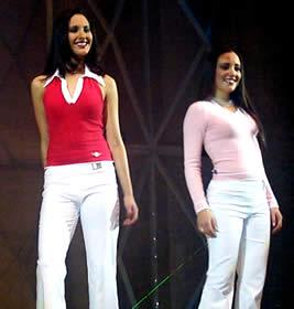 Elección Reina de Cuenca 2003 .- Verónica junto a Angélica posando para las cámaras y el jurado calificador