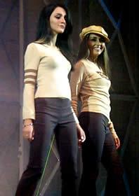 Elección Reina de Cuenca 2003 .- Viviana y Paola, disfrutaron su desfile en traje casual