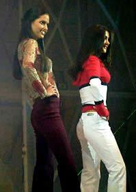 Elección Reina de Cuenca 2003 .- Luciendo hermosas vemos a Rebeca y Diana